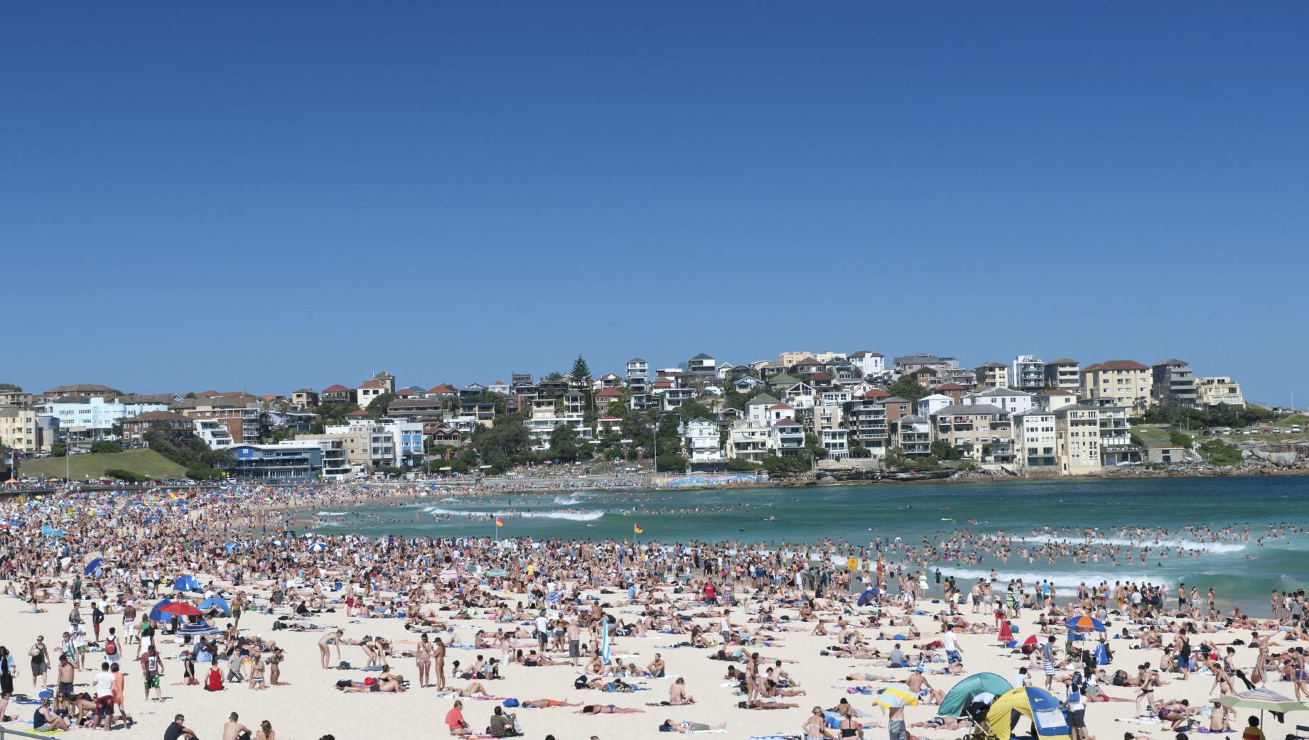 Beach Crowd iStock_000021032483Medium